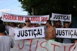 Cerca de 150 pessoas participaram do ato, que terminou com orações no asfalto (Agencia RBS/Marco Favero)