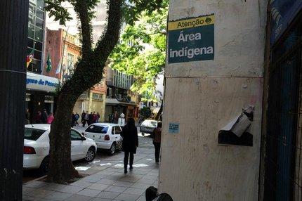Alguns tapumes da área central receberam o cartaz (Agencia RBS/Bruna Vargas)
