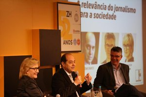 Não haveria democracia sem o florescimento dos jornais, disse Bucci (centro) em painel ao lado de Rech e Marta Gleich (Agencia RBS/Bruno Alencastro)