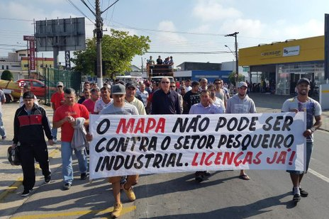 Pescadores industriais protestaram na manhã desta quarta-feira (Especial/Luiz Carlos Souza)