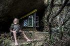 No meio do mato, Vilmar mantém uma vida ligada à natureza, até tem um celular, raramente em funcionamento (Agencia RBS/Betina Humeres)