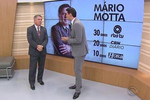 Mário Motta e o jornalista Raphael Faraco, durante a homenagem surpresa (Reprodução/Reprodução)
