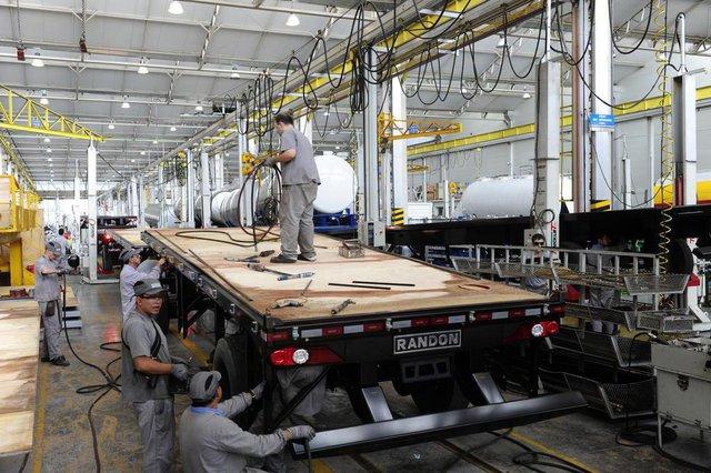 Imprensa Visita Empresas Randon. Jornalistas visitam produção de carretas da Randon.