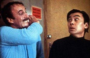 Burt Kwouk com Peter Sellers em A Pantera Cor de Rosa (Reprodução/Reprodução / Reprodução)