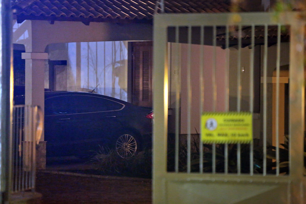 Movimentação de carros oficiais em frente à residência da filha de Dilma foi intensa na noite desta quinta-feira (Agência RBS/André Ávila)