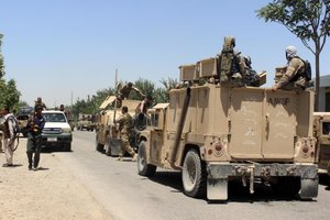 Forças de segurança afegãs preparam ofensiva contrainsurgentes talibãs (AFP/NAJIM RAHIM)