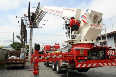 Plataforma foi utilizada para retirar homem preso em outdoor em Joinville (Agencia RBS/Salmo Duarte)