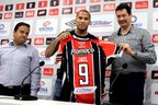 Legenda: Jael recebeu a camisa do presidente Jony Stassun (D) e do superintendente Júlio Rondinelli (E) (Agencia RBS/Elton Carvalho)