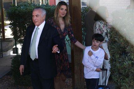 Acompanhado da mulher, Marcela, Temer mostrou as câmeras da imprensa para o filho, Michelzinho, na saída da escola (Agência Brasil/José Cruz)