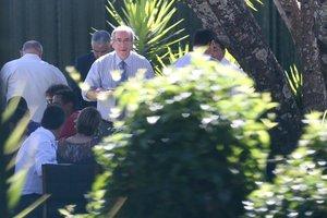 Cunha e a esposa Cláudia Cruz receberam os servidores nos jardins da residência (Agência O Globo/André Coelho)
