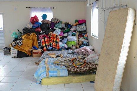 Carla, o marido e os sete filhos estão dormindo em colchões dentro do salão de festas (Agencia RBS/Rodrigo Philipps)