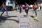 Bruna Cestrem (E) e Tamiris de Liz (D) estavam entre atletas que foram à praça brincar com o público (Agencia RBS/Maykon Lammerhirt)