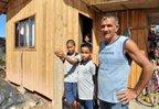 Domingos, que mora no Morro do Meio, espera pela inclusão em um programa habitacional (Agencia RBS/Salmo Duarte)