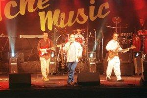 O grupo Tchê Guri no show no Araújo Vianna, em 27 de outubro de 1999, planejado para catapultar a Tchê Music (Agencia RBS/Luiz Armando Vaz)