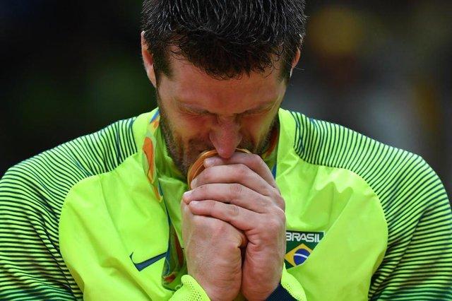 Éder Carbonera recebe a medalha de ouroEditoria: SPOLocal: Rio de JaneiroIndexador: KIRILL KUDRYAVTSEVSecao: volleyballFonte: AFPFotógrafo: STF