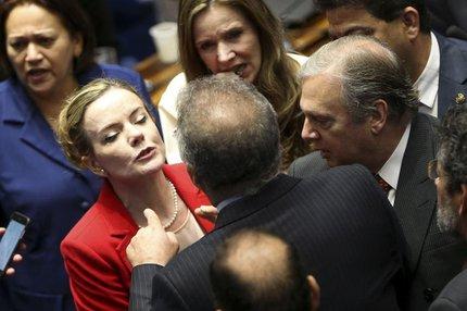 Confusões como a desta sexta, envolvendo os senadores Renan Calheiros e Gleisi Hoffmann, ganham ampla repercussão, enquanto as reconciliações ficam escondidas das câmeras (AGENCIA BRASIL/MARCELO CAMARGO)