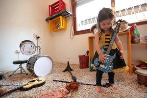 Aos três anos e 10 meses, Anita adora inventar histórias e brincar com suas bonecas de tecido (Agencia RBS/André Ávila)