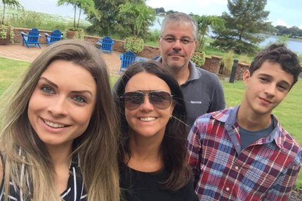Na foto, Laura (à esquerda) ao lado dos pais, Rodrigo Stumpf Trindade e Adriana Thomé Trindade, e do irmão, Roger (Divulgação/Arquivo Pessoal)