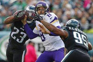 Defesa do Eagles dominou o ex-companheiro Sam Bradford (Getty Images/AFP/Rich Schultz)