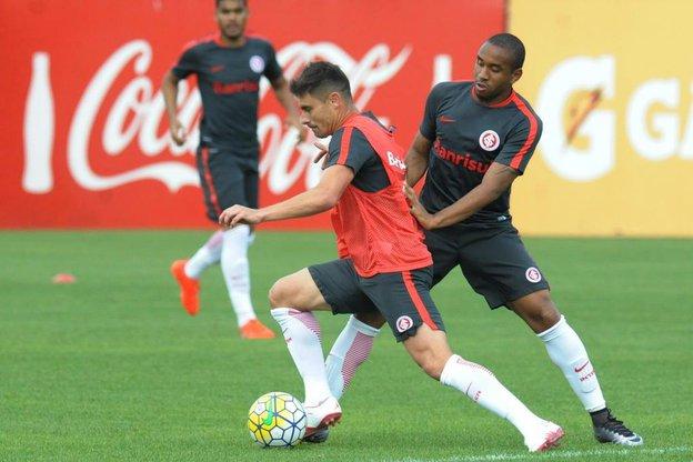 Anderson (D) pode fazer a função de Alex (C) ou ser segundo volante (Agencia RBS/Luiz Armando Vaz)