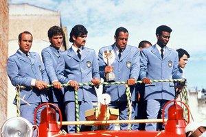 Com a Taça Jules Rimet, Carlos Alberto Torres volta ao Brasil depois do título mundial com a Seleção no México, em 1970 (Ver Descrição/Ver Descrição)