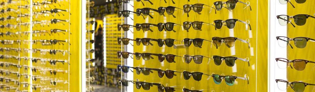 39e2098cf Confira dicas para escolher o modelo ideal para seu formato de rosto.  Escolher um óculos de sol é divertido. Aquele tira e põe na ótica pode  levar horas.