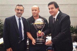 Diretor jurídico da Chapecoense (ao centro) recebe taça da Sul-Americana de 2015 (Ministério das Relações Exteriores do Brasil/Divulgação)