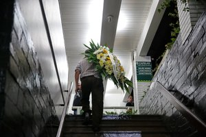 Corpo de Matheus Biteco chegou ao Cemitério Jardim da Paz por volta das 2h deste domingo (Agência RBS/Camila Domingues / Agência RBS)