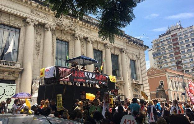 Assembleia do sindicato foi realizada em frente ao Palácio Piratini (Gaúcha/Eduardo Matos)