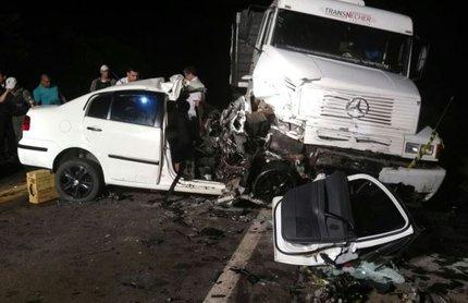 Acidente no km 298 da BR-285, em Passo Fundo, envolveu Polo e carreta, deixando dois mortos (Divulgação/Polícia Rodoviária Federal / Divulgação)