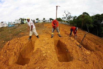 Valas para mortos em Manaus (FUTURA PRESS/FUTURA PRESS/ESTADÃO CONTEÚDO/EDMAR BARROS)