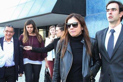Mônica Moura (de óculos escuro) é esposa de João Santana (canto esquerdo) (FUTURA PRESS/FUTURA PRESS/ESTADÃO CONTEÚDO/RODRIGO FÉLIX LEAL)