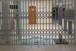 Porta de vidro foi quebrada a tiros durante ação em Balneário Piçarras (Arquivo Pessoal/Arquivo Pessoal)