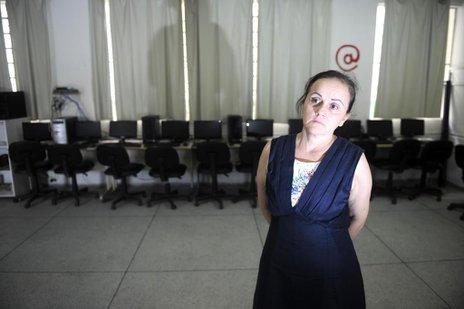 A diretora Teresinha mostra a sala de informática preparada para as atividades do Ensino Médio Integral (Agencia RBS/Maykon Lammerhirt)