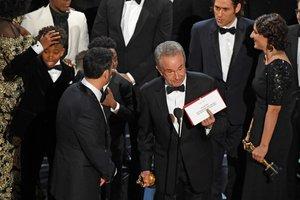 Momento da confusão no palco do Oscar (AFP/Mark RALSTON)