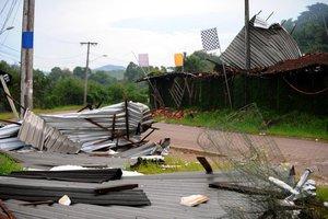 Cobertura de telhas e placas de alumínio de um depósito no Kartódromo foi arrancada pelo vento forte (Agencia RBS/Maykon Lammerhirt)