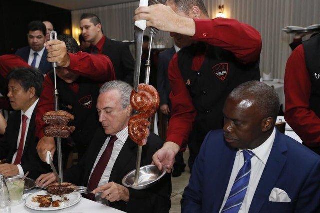Michel Temer janta com embaixadores em churrascaria