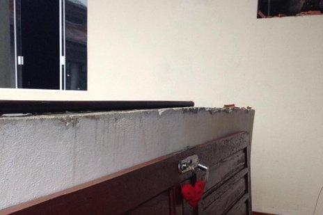 A casa em que a família vivia foi destruída, com móveis e janelas quebrados (Agencia RBS/Cláudia Morriesen)