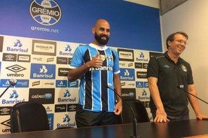 Bruno Rodrigo recebeu a camisa 14 do vice de futebol, Odorico Roman (Agência RBS/Luís Henrique Benfica / Agência RBS)