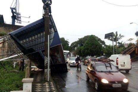 Outdoor caiu na Rua República Argentina, na Ponta Aguda (Agência RBS/Augusto Ittner)