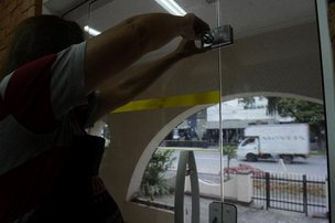 Lojistas instalaram mais trancas para redobrar cuidados e evitar furtos quando locais estão fechados (Agencia RBS/Patrick Rodrigues)