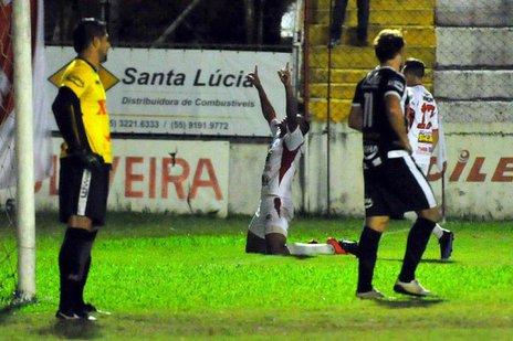 Edugol (ao fundo) garantiu a vitória ao Inter-SM (New Co/Charles Guerra)