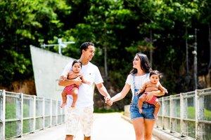Paulo e Talita puderam compartilhar o mesmo tempo para cuidar das filhas Alice e Luísa, hoje com 10 meses (Divulgação/Bruno Messina)