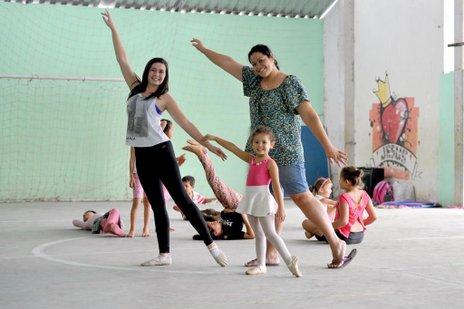 A estudante de Ed. Física Bruna (primeira à esquerda) oferece aulas como voluntária para atender a crianças como a pequena Alice, de três anos, e também faz feliz a mãe dela, Débora (Agencia RBS/Salmo Duarte)