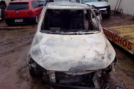 Gol em que a família viajou foi encontrado carbonizado pela polícia (RBS TV/Fábio Lehmen)