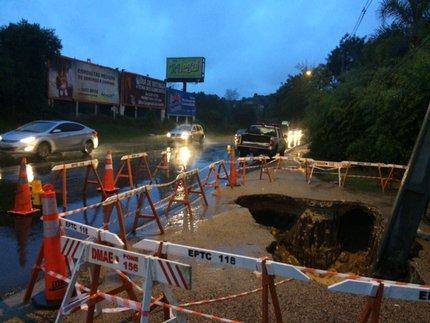 No lado da pista atingido pelo buraco, está autorizada a passagem de apenas um veículo por vez (Agência RBS/Adriana Irion / Agência RBS)
