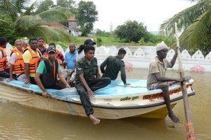 Aldeões são evacuados em Nagoda, no distrito de Kalutara (AFP/LAKRUWAN WANNIARACHCHI)