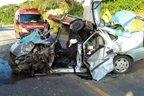 Bombeiros Militares precisaram serrar o veículo para retirar o motorista (Divulgação/bombeiro voluntário Dornelles)