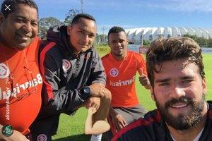 Da esquerda para direita: Banha (massagista), Durgue (auxiliar do preparador de goleiros Daniel Pavan), Chokito (roupeiro) e Alisson (Instagram/Reprodução / Instagram)