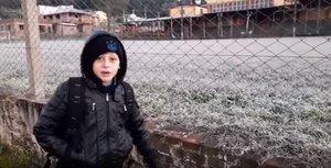 Garoto precisou usar sete casacos para sair de casa (Reprodução/YouTube)